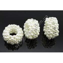 Резинка декор для волос в белых бусинках